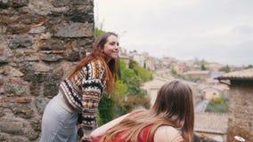 Twee vrouwen komen aan de portiek en onderzoeken de afstand stock videobeelden