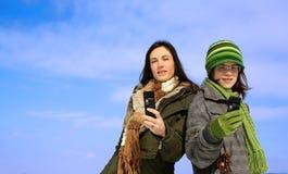 Twee vrouwen met cellphones royalty-vrije stock fotografie