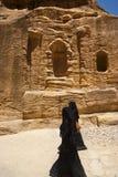 Twee vrouwen met de sluier die niqab in Petra loopt Stock Fotografie