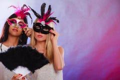 Twee vrouwen met de Venetiaanse maskers van Carnaval Stock Foto