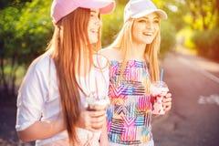 In twee vrouwen met dranken royalty-vrije stock afbeelding