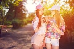 In twee vrouwen met dranken royalty-vrije stock foto's