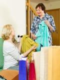Twee vrouwen met het winkelen zakken Royalty-vrije Stock Afbeeldingen