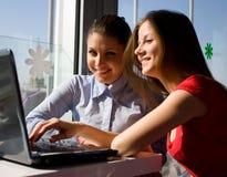 Twee vrouwen met laptop Stock Foto's