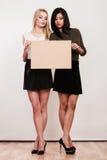 Twee vrouwen met lege raad stock afbeeldingen