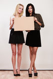 Twee vrouwen met lege raad royalty-vrije stock foto's