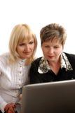 Twee vrouwen met netebook Royalty-vrije Stock Fotografie