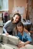 Twee vrouwen, naaisters, het werk in de workshop stock foto's