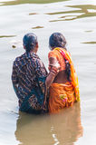 Twee vrouwen nemen een ritueel bad in de rivier Ganges Stock Afbeelding