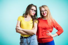 Twee vrouwen op blauwe achtergrond royalty-vrije stock afbeeldingen