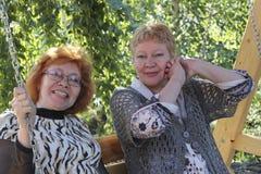 Twee vrouwen op middelbare leeftijd Stock Foto's