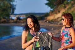 Twee vrouwen op middelbare leeftijd wachten op het begin van kielzog het surfen royalty-vrije stock foto's
