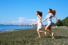 Vrouwen op strand Stock Foto's