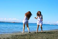 Vrouwen op strand Royalty-vrije Stock Afbeeldingen