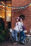 Twee vrouwen in purpere gebreide hoeden Stock Fotografie