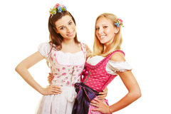 Twee vrouwen in roze dirndl kleden zich Stock Foto's