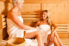 Twee vrouwen in sauna Stock Foto's