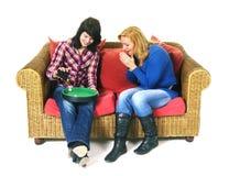 Twee vrouwen spelen dobbelt spel Stock Afbeeldingen