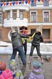 Twee vrouwen vechten op stadium voor pret, letten de kinderen op de show Royalty-vrije Stock Foto