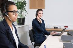 Twee vrouwen werken in het bureau Royalty-vrije Stock Afbeelding