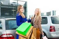 Twee vrouwen winkelden naar huis en dreven Royalty-vrije Stock Foto's
