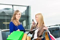 Twee vrouwen winkelden naar huis en dreven Royalty-vrije Stock Afbeeldingen