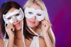 Twee vrouwen zien met de Venetiaanse maskers van Carnaval onder ogen Royalty-vrije Stock Foto's
