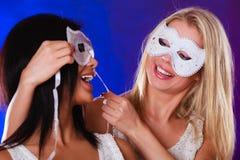 Twee vrouwen zien met de Venetiaanse maskers van Carnaval onder ogen Royalty-vrije Stock Foto