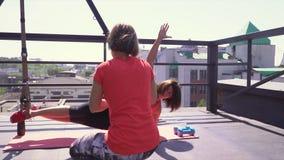Twee vrouwen zijn bezig geweest met de verse lucht De trainer controleert een opleiding van de cliënt stock video