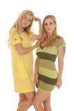 Twee vrouwenkleding het kijken royalty-vrije stock foto's