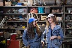 twee vrouwenleerlingen in een workshop stock foto