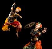 Twee vrouwenstrijd met spear en schild Stock Afbeeldingen