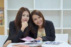 Twee vrouwenvrienden Stock Foto's