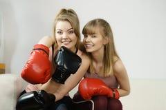 Twee vrouwenvrienden die bokshandschoenen dragen Stock Foto
