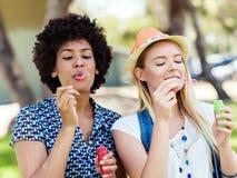 Twee vrouwenvrienden in park Stock Fotografie