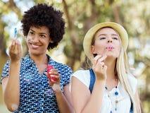Twee vrouwenvrienden in park Royalty-vrije Stock Afbeeldingen
