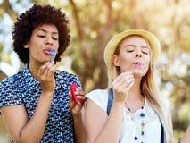 Twee vrouwenvrienden in park Royalty-vrije Stock Fotografie