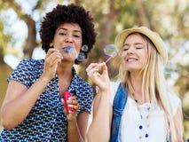 Twee vrouwenvrienden in park Stock Afbeeldingen