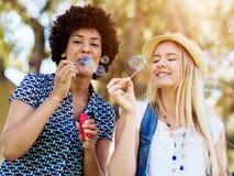 Twee vrouwenvrienden in park Stock Foto