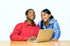 Twee w/Laptop-Horizontale Tienerjaren Stock Afbeeldingen
