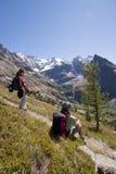 Twee wandelaars in Canadese rockies Stock Foto