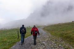 Twee Wandelaars in Franse Alpen royalty-vrije stock afbeelding