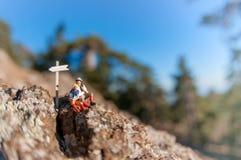 Twee wandelaars met rugzak het ontspannen bovenop een berg Stock Afbeeldingen