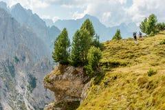 Twee Wandelaars op Trailhead Stock Foto