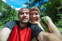 Twee wandelaars rusten bij trek in Himalayagebergte Stock Fotografie