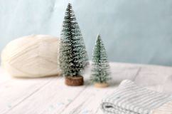 Twee wat Kerstmisboom met bal van garen Stock Afbeelding