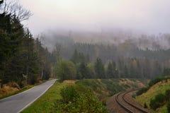 Twee wegen in mist Stock Foto's