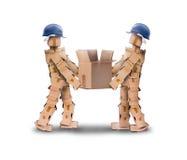 Twee werklieden die een doos opheffen Stock Foto