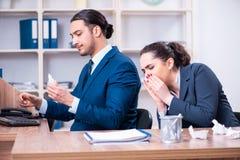 Twee werknemers die op het werk lijden royalty-vrije stock foto