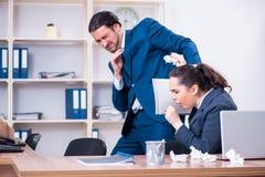 Twee werknemers die op het werk lijden stock fotografie